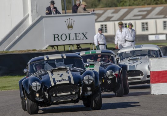 Trio de redoutables Shelby Cobra lors du récent Goodwood Revival, au Royaume-Uni. (PHOTO FOURNIE PAR CARACINGNEWS.COM)