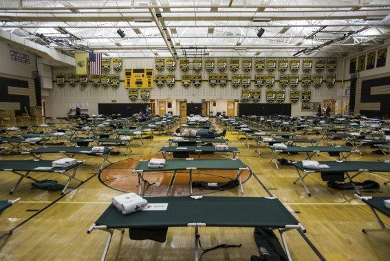 À la tombée de la nuit, environ 160 personnes avaient trouvé refuge à l'école secondaire de Manahawkin au New Jersey. (Edouard Plante-Fréchette)