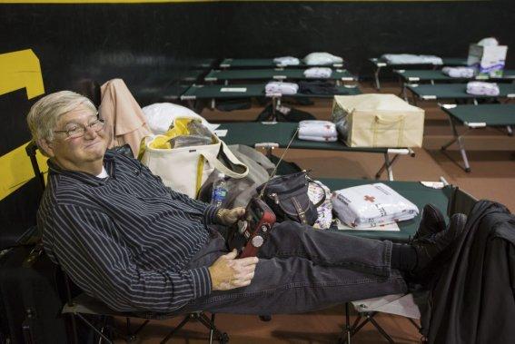 À la tombée de la nuit, environ 160 personnes avaient trouvé refuge à l'école secondaire de Manahawkin au New Jersey. (Edouard Plante-Fr√©chette)