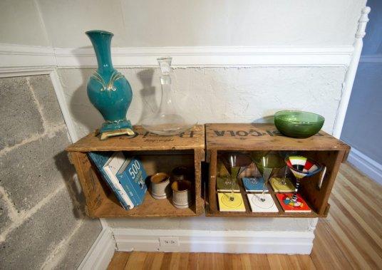Des caisses de transport en bois font de fort jolis rangements. (Robert Skinner, La Presse)