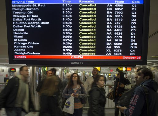 7400 vols intérieurs et internationaux ont été annulés pour dimanche et lundi, principalement dans les aéroports de New York (photo), de Washington et de Philadelphie. (Adrees Latif, Reuters)