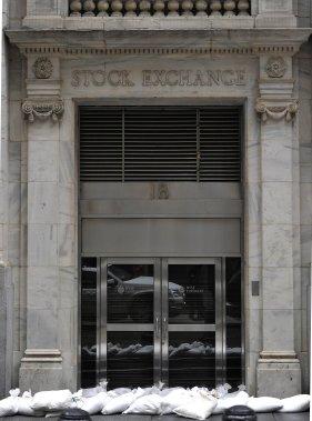 La Bourse de New York devait rester fermée toute la journée et pourrait l'être mardi, du jamais vu depuis les attentats du 11 septembre 2001. (AFP)