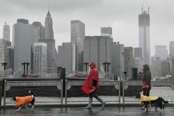 Rues désertes balayées par la pluie, attractions touristiques et transports en commun fermés : New York est paralysé en ce lundi. (AP)