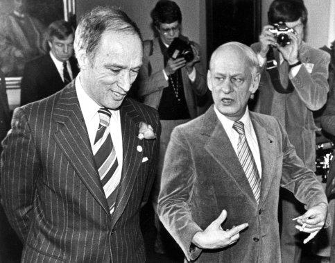 1979 — Le premier ministre québécois René Lévesque discute avec son vis-à-vis canadien, Pierre Elliott Trudeau, à Ottawa. (Archives PC)