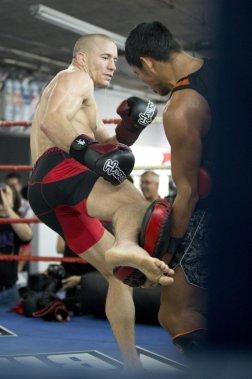 Lors d'une séance d'entraînement public jeudi au gymnase Tristar, deux Thaïlandais champions de muay thaï ont fait suer à grosses gouttes Georges St-Pierre. (PHOTO ALAIN ROBERGE, LA PRESSE)