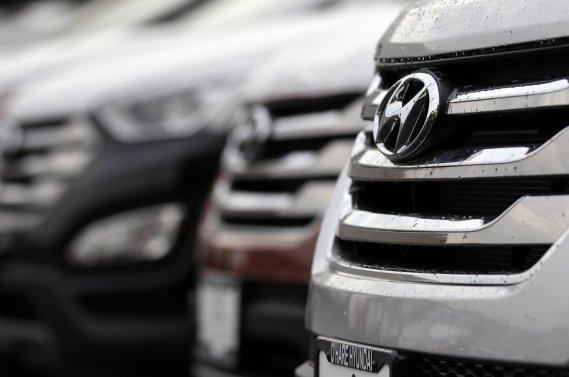 Les cotes moyennes combinées de consommation d'essence des parcs  automobiles Hyundai/Kia sont majorées pour l'année-modèle 2013 de 0,3  litre par 100 kilomètres.