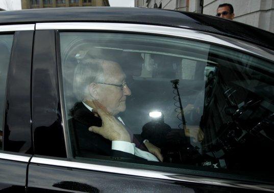 Le maire lors de son arrivée à l'hôtel de ville, lundi après-midi. (PHOTO MARTIN CHAMBERLAND, LA PRESSE)
