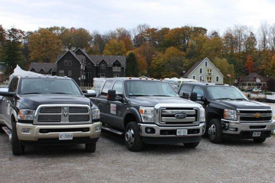 Le RAM 3500, le Ford F-350 et le Silverado 3500 ont dû se délier les muscles pour impressionner les juges.