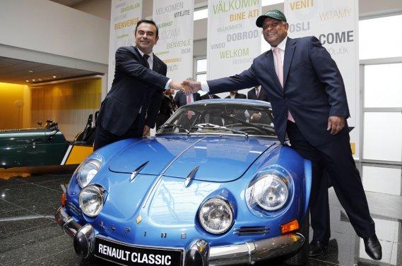 Le PDG de Renault, Carlos Ghosn (à gauche), et le président du conseil de Catherham, Tony Fernandes, posent avec une Renault Alpine originale.
