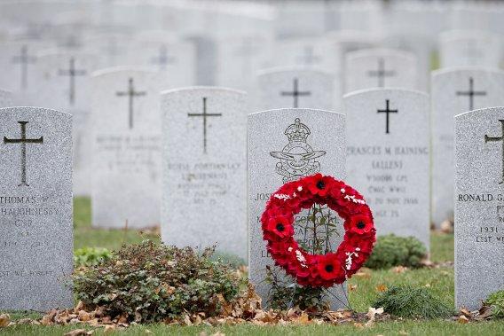 Une couronne de fleurs a été déposée au cimetière militaire à Ottawa. (PC)