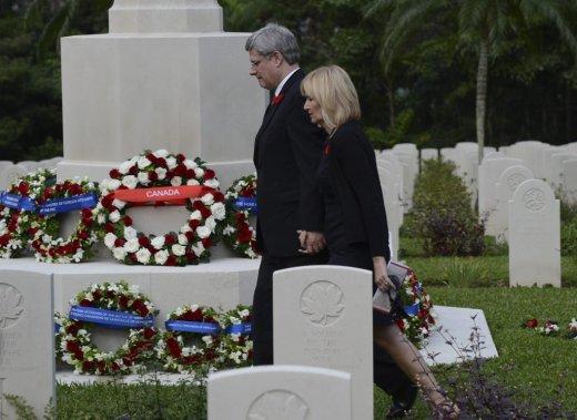 En visite à l'étranger, le premier ministre Stephen Harper a rendu hommage aux soldats canadiens tombés au combat à Hong Kong au cours de la Seconde Guerre mondiale. Il y a visité un cimetière militaire où sont enterrés les soldats. (PC)