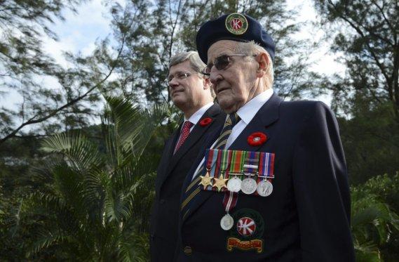 À Hong Kong, le vétéran Arthur Kenneth Pifher, âgé de 91 ans et natif de Grimsby en Ontario, était en compagnie de Stephen Harper pour le jour du Souvenir. (PC)