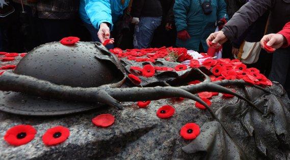 Le jour du Souvenir est une occasion de se souvenir de tous ceux qui ont défendu la nation. Des gens déposent leurs coquelicots sur la tombe du Soldat inconnu à Ottawa. (PC)