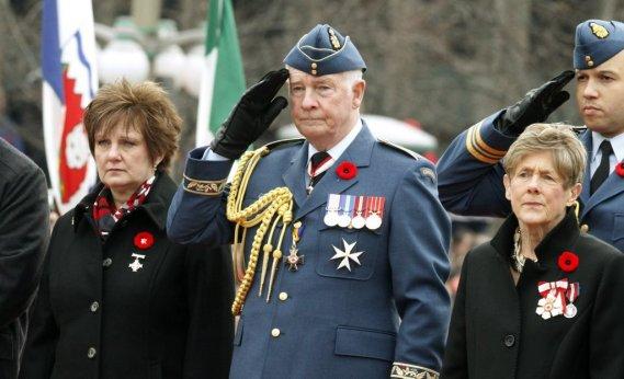 En l'absence du premier ministre en déplacement en Asie, le gouverneur général David Johnston a honoré la mémoire des membres des Forces canadiennes au monument commémoratif de la guerre à Ottawa. (PC)