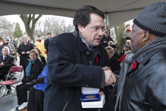 Jour du Souvenir au cimetière Côtes-des-Neiges, à Montréal. Le ministre responsable des Institutions démocratiques et de la Participation citoyenne Bernard Drainville était présent. (Edouard Plante-Fréchette, La Presse)