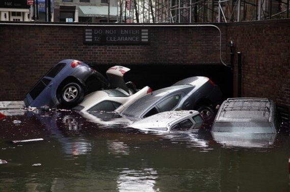 Des milliers de véhicules ont été submergés à la suite du passage de l'ouragan Sandy au New Jersey et dans l'État de New York. On estime que 15 000 voitures neuves ont été déclarées perte totale et seront envoyées à la casse.