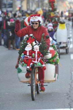L'Association des pompiers professionnels d'Ottawa organise le défilé du père Noël depuis 43 ans. Des centaines de milliers de jouets ont à ce jour été amassées et près de 1,5 million de dollars ont été recueillis pour les plus démunis de la région en cette saison de réjouissances. (Martin Roy, LeDroit)