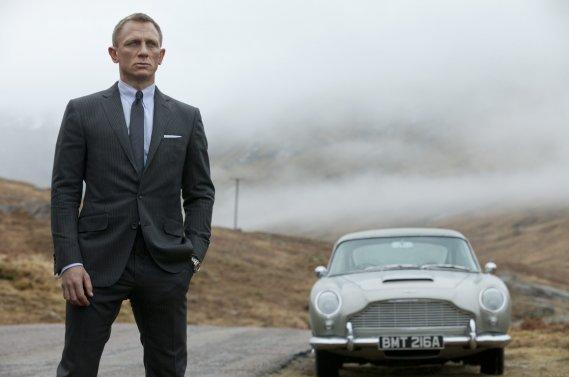 Daniel Craig, qui incarne James Bond, s'enfuit à bord d'une Aston Martin DB5 originale couleur argent dans Skyfall.