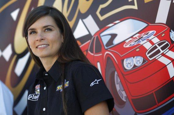 Danica Patrick a terminé 10e au classement de la série Nationwide, le meilleur résultat pour une femme dans l'histoire du NASCAR.