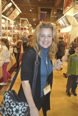Sylvie Moreau dans les allées du Salon du livre, juste après avoir participé à la table ronde des 75 ans de l'Union des artistes dont le livre était également en vedette au Salon du livre 2012. (Photo: Herby Moreau, La Presse)