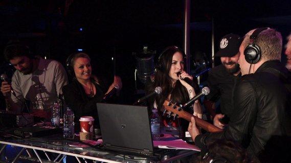 Marie-Mai a fait un beau cadeau à Mitsou en lui chantant des chansons de son nouvel album. (Photo: Herby Moreau, La Presse)