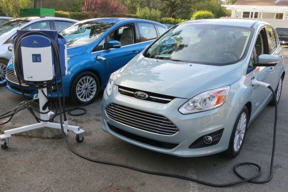 Ford a entrepris la commercialisation de son tout premier véhicule hybride enfichable, le C-Max Energi.