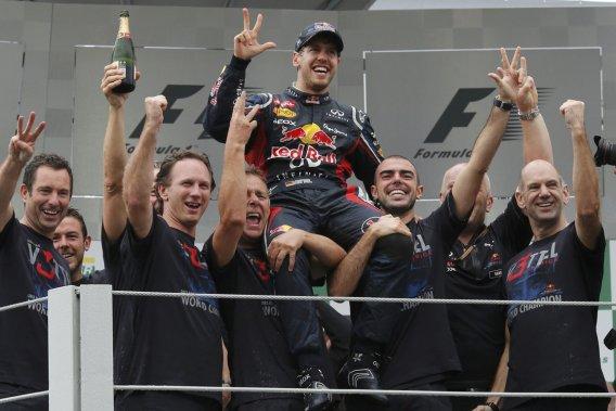Sebastian Vettel célèbre son troisième triomphe consécutif avec son équipe.
