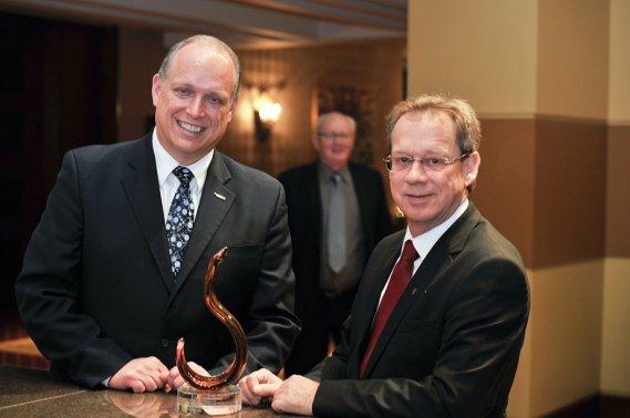 Le ministre responsable de l'Outaouais, Stéphane Bergeron, en compagnie de Jacques Bertrand, de la Relance, lauréat du Prix reconnaissance (Martin Roy, LeDroit)