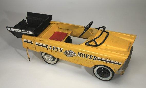 La voiture à pédales de rêve, la Earth Mover Ball Bearing Drive, créée pendant les années 60 par un ancien fabricant de pièces d'automobile de Cleveland, en Ohio. Ce modèle, acheté chez Eaton à Montréal en 1966, a coûté 26$, une somme importante pour l'époque. (Photo: fournie par le Musée McCord)