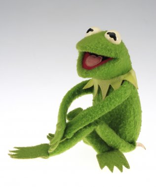 Poupée, Kermit la grenouille. 1977-1983. Fabricant : Fisher Price Toys. Polyester. Don de Mme Francine Monière. (Photo: fournie par le Musée McCord)