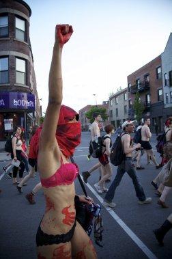 Le 16 mai 2012, une «MaNUfestation» ludique est organisée par les étudiants pour dénoncer la hausse des frais de scolarité, ayant pour slogan «En sous-vêtements pour un gouvernement transparent». (Photo: Josué Bertolino, Agence Stock)