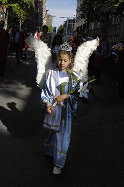 Procession de Santo Cristo du 23 mai 2004, rue Clark à Montréal. Cette manifestation religieuse est organisée par la communauté portugaise depuis 1979. (Photo: Caroline Hayeur, Agence Stock)