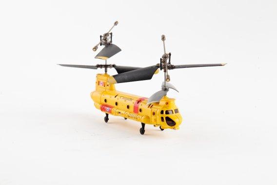 Un hélicoptère téléguidé. Lite Hawk duo, par Borgfeldt. 49,99$. www.borgfeldt.ca ()