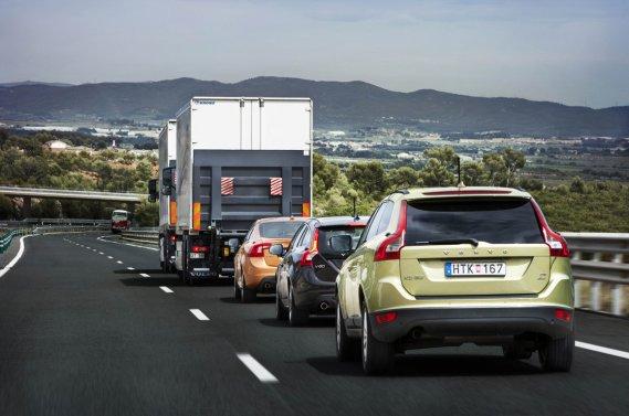 Volvo travaille sur des voitures se conduisant elles-mêmes, et prévoit  de lancer en 2014 un premier modèle capable de rouler seul jusqu'à 50  km/h.