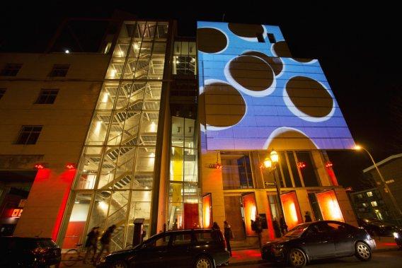 Logiquement, le centre de design de l'UQAM accueille sur sa façade des motifs plus géométriques et plus abstraits. (Photo: Martine Doyon, fournie par le Partenariat du Quartier des spectacles)