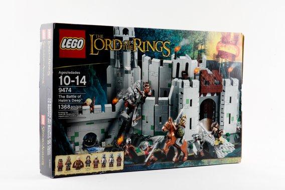 LE SEIGNEUR DES ANNEAUX. Les 1368 pièces incluses dans la boîte permettent de reconstituer la forteresse du gouffre de Helm et de mettre en scène quelques-uns des acteurs principaux : Aragorn, Gimli, Haldir, le Roi Théoden, l'Uruk-hai Berserker et 3 Uruk-hai armés jusqu'aux dents. Dès 10 ans. La bataille du gouffre de Helm No 9474 par Lego. 169,99$. shop.lego.com/fr-CA ()