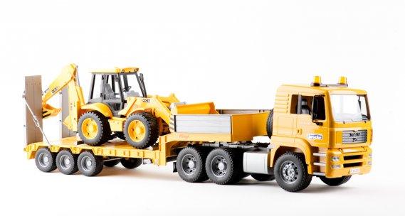 TRANSPORTEUR DE RÊVE. Long de 87 cm, ce camion de transport est livré avec la chargeuse-pelleteuse ainsi que la remorque. Solide et fonctionnel, l'ensemble est fabriqué en Allemagne et peut être utilisé autant à l'intérieur qu'à l'extérieur. Pour des heures de plaisir. Dès 3 ans.  MAN TGA par Bruder 94,99$. Renseignements : 1-800-897-5107 ()
