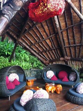 À Laucala Island, le Rock Lounge sert des bouchées apéritives style «finger food». Situé sur le bord de locéan, lendroit est agréable pour admirer les couchers de soleil. (Photo Émilie Bilodeau, La Presse)