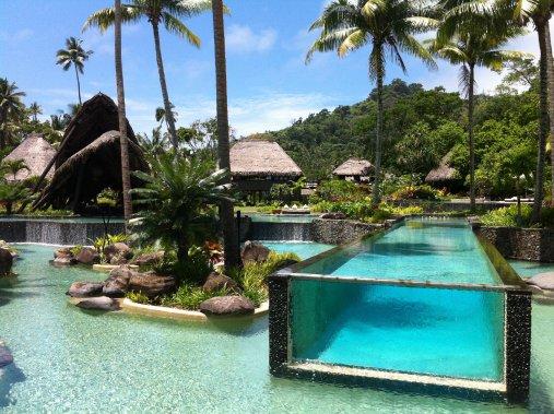 À Laucala Island, deux restaurants sont situés autour de la grande piscine qui fait face à la mer: le Beach Bar et le Pool Bar. (Photo Émilie Bilodeau, La Presse)