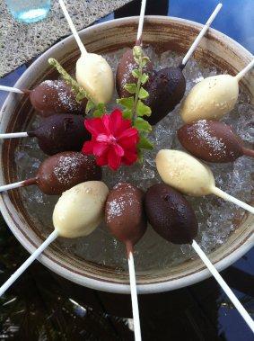 À Laucala Island, des «lollipops» glacés au chocolat, noix de coco ou fruits exotiques: un dessert ou une collation à partager au Beach Bar. (Photo Émilie Bilodeau, La Presse)