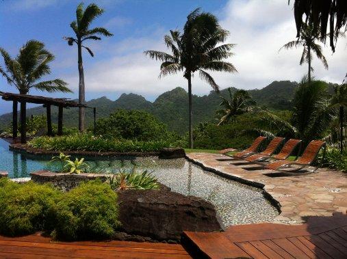 La villa «Hilltop Residence» coûte 38 500$ US la nuit. Il s'agit d'une des chambres d'hôtel les plus chères du monde. De la piscine, les vacanciers peuvent admirer l'eau turquoise du Pacifique, mais aussi les montagnes de Laucala. (Photo Émilie Bilodeau, La Presse)
