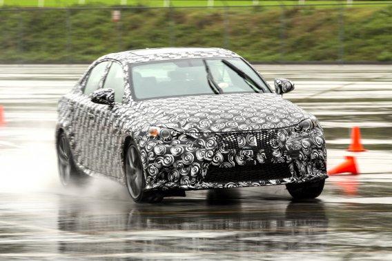 Il faudra attendre au 15 janvier avant que la Lexus IS 2014 nous montre son vrai visage. Son camouflage ne nous a toutefois pas empêché de connaître son nouveau tempérament.