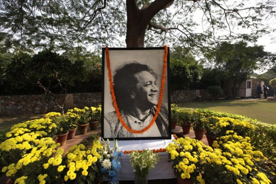 Un portrait de Ravi Shankar a été placé à New Delhi. (Photo: AP)