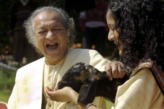 Ravi Shankar et sa fille Anoushka Shankar en février 2002. (Photo: AP)