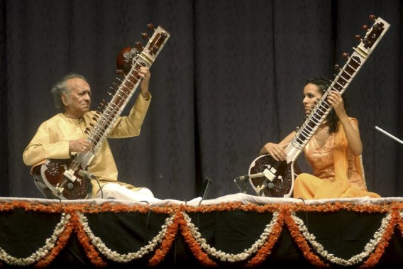 Ravi Shankar joue avec sa fille Anoushka Shankar en 2004. (Photo: AP)