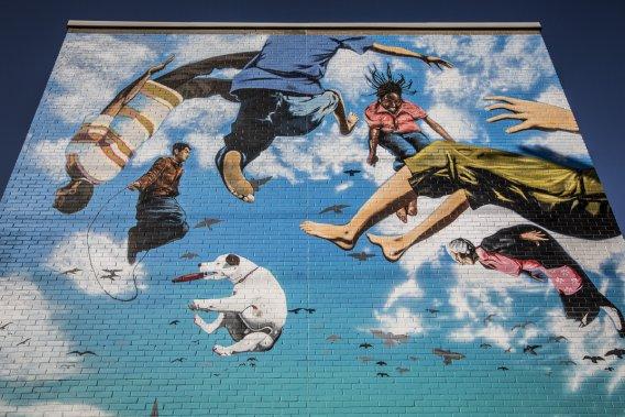 Projet communautaire qui a marqué le centenaire du village de Saint-Michel, la murale Célébrations Saint-Michel a été créée au 4201, boulevard Robert, à l'angle de 24e avenue, par Gene Pendon. La murale est ludique et festive, une sorte de danse des citoyens du quartier multiethnique. Et un clin d'œil au Cirque du Soleil. (Photo: Olivier Pontbriand, La Presse)