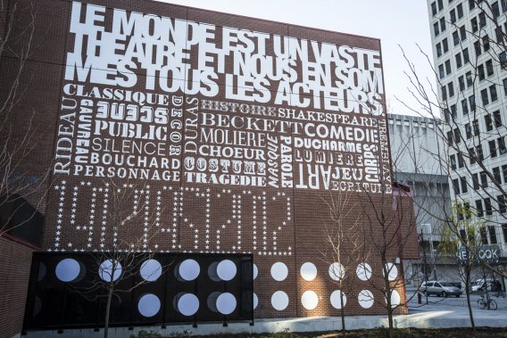 Commandée par la directrice du Théâtre du Nouveau Monde, Lorraine Pintal, la murale Jeu de mots a été réalisée à l'angle de Sainte-Catherine et Saint-Urbain par Thomas Csano, à l'occasion du centenaire de l'édifice. La murale lumineuse est composée de mots (Molière, Bouchard, Gauvreau, Tremblay, masque, rideau, etc), de la phrase «Le monde est un vaste théâtre et nous en sommes les acteurs» et de trois dates: 1912 (date de... (Photo: Olivier Pontbriand, La Presse)