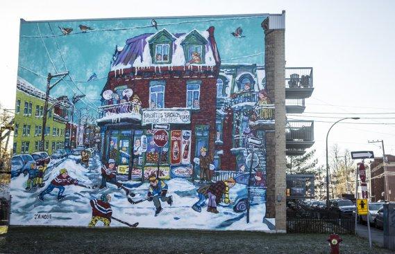 À la demande de Verdun, cette murale-hommage à l'artiste Miyuke Tanobe a été créée par Annie Hamel au 3660, boulevard Lasalle, à l'intersection de la rue Lafleur, à partir d'une œuvre de Mme Tanobe acquise par l'organisme MU. La toile représente des enfants jouant au hockey dans une rue enneigée. (Photo: Olivier Pontbriand, La Presse)