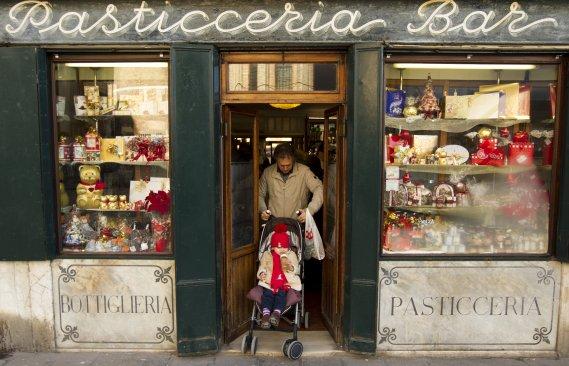Depuis plus de 250 ans, les vitrines de la pâtisserie Rosa Salva regorgent de douceurs traditionnelles. (Photo Martin Chamberland, La Presse)