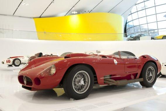 MASERATI 450 S 1956 (collection privée) - La 450 S, construite à 10 exemplaires, devait être «l'ultime arme» pour le Championnat du monde catégorie sport de 1957, mais le sort en a décidé autrement. Les trois voitures engagées au GP du Venezuela ont été victimes d'accidents. (Photo fournie par le Musée Casa Enzo Ferrari)